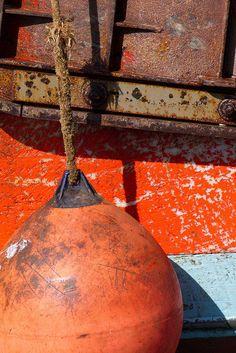 Détail de la coque d'un bateau de pêche amarré dans le port du Guilvinec. Finistère, Bretagne.