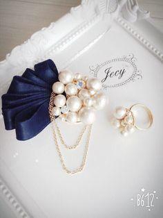 ネイビーフリルとコットンパールビジューブローチコサージュ Fabric Earrings, Jewelry Design Earrings, Making Hair Bows, Diy Hair Bows, Felt Brooch, Beaded Brooch, Hair Ribbons, Ribbon Bows, Textile Jewelry