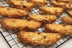 Παξιμάδια με χαλεπιανό και λεμόνι Ένα ονειρικό συνοδευτικό για τον καφέ μας! Φτιάξτε το χωρίς μίξερ!Είναι τραγανά όμως, κάθε άλλο παρά σκληρά κάτι που τα απογειώνει. Εξάλλου, ο συνδυασμός του χαλεπιανού με το λεμόνι απογειώνει από μόνος του τα παξιμάδια μας! Υλικά Fun Cookies, Pitta, Biscuits, Food And Drink, Sweets, Meat, Chicken, Cooking, Ethnic Recipes