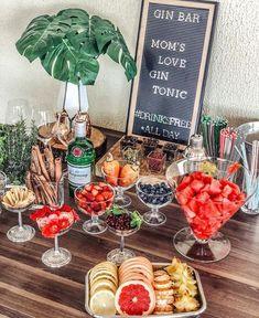 Gin and tonic bar Gin Tonic, Diy Wedding Food, Gin Tasting, Gin Bar, Vodka Bar, Food Platters, Partys, Bar Drinks, Beverages