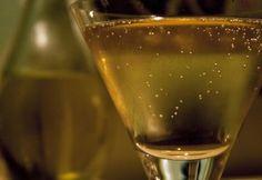 Vermut je horkosladké víno, ktoré sa podáva, ako aperitív. Vyrába sa hlavne v Taliansku z odrodových vín na nížinách Lombardie a Piemontu. Naučíme vás, ako si jednoducho vyrobíte víno chuťovo podobné Vermutu doma z ryže. White Wine, Egypt, Alcoholic Drinks, Glass, Food, Drinkware, Corning Glass, Essen, White Wines