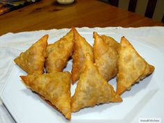 Samosa or sambuus as we call it in Somali is a deep fried triangular shaped pastry filled with meat and spices. It is commonly made for afternoon tea - asariya. Samosas, Meat Samosa, Indian Food Recipes, Beef Recipes, Vegetarian Recipes, Snack Recipes, Cooking Recipes, African Recipes, Samboosa Recipe