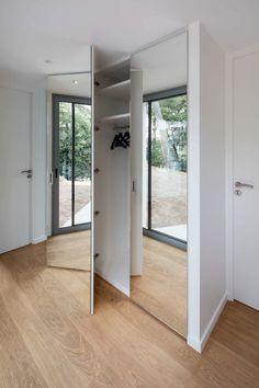 Placard dressing sur-mesure invisible avec portes miroirs Walk In Closet, Closet Doors, Small Space Living, Small Spaces, Mirrored Wardrobe, Living Room Shelves, My Dream Home, Shelving, Divider