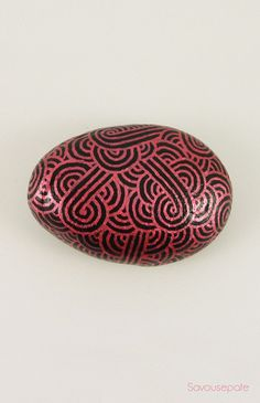 AKANE decorative painted stone   Metallic pink zentangles on black background   Home decor by Savousepate - pinned by pin4etsy.com #collectibleart