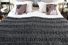 Manta tejida a mano de lana de oveja 100% natural color gris plomo, sin fibras sintéticas. Súper suave y liviana. Mide 110 x  200 cm. La podés lavar en el lavarropas en el programa de ropa delicada y con poco centifugado.