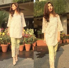 Pakistani actor Mahira Khan in Rema Luxe. Pakistani Formal Dresses, Pakistani Party Wear, Pakistani Couture, Pakistani Outfits, Indian Outfits, Asian Prom Dress, Mahira Khan Dresses, Eastern Dresses, Classy Suits