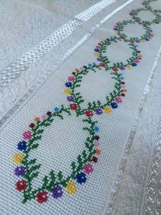 Myslíme si, že by sa vám mohli páčiť tieto piny - tonka. Simple Cross Stitch, Cross Stitch Rose, Cross Stitch Borders, Cross Stitch Flowers, Counted Cross Stitch Patterns, Chain Stitch, Cross Stitch Designs, Cross Stitching, Cross Stitch Embroidery