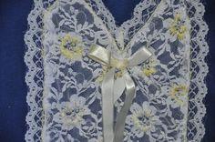 Camiseta azul, tamanho M, decote em V, mangas curtas, com aplicação de renda bordada  e fita.  Aceitamos encomendas  nos tamanhos P,M,G e GG e  em outras cores! R$40,00