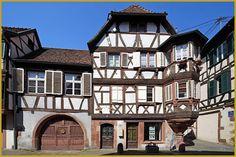 Photo de la Maison du Receveur Ecclésiastique de Bouxwiller construite en 1581, au 18 rue du Canal; à pans de bois et encorbellement, elle comprend un vaste portail en plein cintre ainsi qu'un oriel d'angle polygonal. Photos de Bouxwiller.