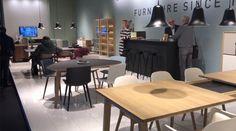 Visitamos IMM Cologne, una de las ferias de mobiliario más importante del mundo. Mesa y sillas de comedor. Lámpara de techo. Encuentra dónde comprar este diseño y Producto en Colombia.