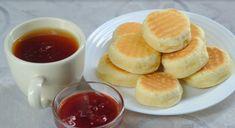 Vă prezentăm o rețetă de biscuiți delicioși, la tigaie. Aceștia se prepară uimitor de simplu și rapid, fiind perfecți pentru a fi serviți la micul dejun, în calitate de gustare sau luați la pachet. Serviți-i cu un ceai aromat și dulceața preferată, miere sau sos. Bucurați-i pe cei dragi cu niște biscuiți de casă uimitori, ce cu siguranță vor fi apreciați la cel mai înalt nivel. INGREDIENTE -80 g de zahăr -3 linguri de smântână -1 gălbenuș -3 linguri ulei de floarea soarelui -1.5 pahar de…