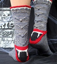 Vampire enthusiasts will enjoy making and wearing this pattern which features bobble bat bodies and a heel turn that is ready to bite! Halloween Socks, Theme Halloween, Halloween 2016, Happy Halloween, Knitting Patterns, Crochet Patterns, Knitting Socks, Knit Socks, Yarn Stash