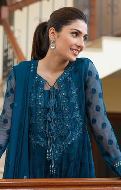 Pakistani Dresses Online, Pakistani Dresses Casual, Pakistani Dress Design, Casual Dresses, Fashion Dresses, Stylish Dresses, Dress Neck Designs, Designs For Dresses, Dress Indian Style