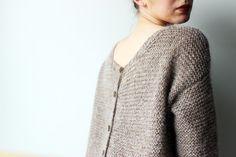 Tuto tricot : le pull recto/verso ! Voici un joli pull que l'on peut porter aussi bien avec les boutons devant comme un gilet qu'avec les boutons derrière comme un pull. Très élégant, ce gilet DIY s'adaptera à toutes vos envies!