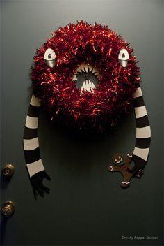 Creepy Christmas Wreath (change to a Halloween monster wreath instead. Casa Halloween, Halloween Christmas, Halloween Crafts, Halloween Decorations, Christmas Crafts, Christmas Decorations, Halloween Ideas, Creepy Halloween, Halloween Stuff