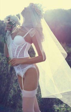 Sexy Dessous für die Hochzeit. So wirst du die schönste Braut! Wie wäre es mit einem heißen Boudoir Shooting als Überraschung für den Liebsten?