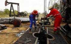 المخزونات الأمريكية ترتفع الأسبوع الماضي بعكس التوقعات                مباشر: ارتفعت مخزونات النفط الأمريكية عكس التوقعات خلال الأسبوع الماضي كما زادت مخزونات البنزين خلال نفس الفترة. وأظهرت بيانات صادرة عن إدارة معلومات الطاقة الأمريكية اليوم الأربعاء صعود المخزونات الأمريكية من النفط بمقدار 3.3 مليون برميل خلال الأسبوع المنتهي في 2 يونيو الجاري مقابل تراجعها بمقدار 6.4 مليون برميل خلال الأسبوع السابق لها. وكانت توقعات المحللين قد أشارت إلى أن مخزونات الولايات المتحدة من النفط ستتراجع بنحو…