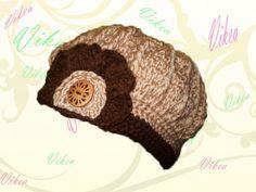 Háčkovaná dámska baretka, či čiapka v príjemnej farbe, dozdobená aplikáciou, priadza je mierne lesklá.  Veľkosť: obvod 52-56cm