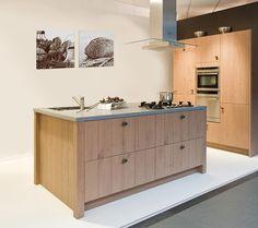 Kookeiland landelijke keuken met hout.