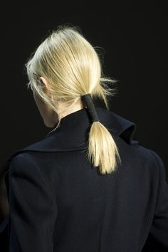 Akris Fall 2019 Fashion Show Details. Designer ready-to-wear looks from Fall 2019 runway shows from Paris Fashion Week Wedding Hair Flowers, Wedding Hair And Makeup, Hair Makeup, Editorial Hair, Beauty Editorial, Down Hairstyles, Straight Hairstyles, Nude Make Up, Runway Hair