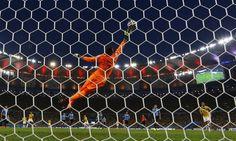 Imagens de Colômbia x Uruguai Aos 27 minutos do primeiro tempo, o colombiano James Rodriguez acertou um belo chute e abriu o placar