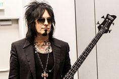 Американский бас-гитарист и главный автор песен рок-группы Mötley Crüe Никки Сикс заявил, что не собирается отправляться на гастроли в ближайшее время. Заодно он развеял слухи о том, что Mötley Crüe снова собираются выступать вместе. Он сказал: «Я играл в группе и гастрол