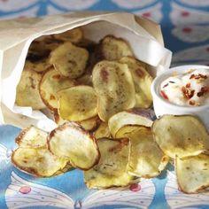 Tee itse perunalastuja! Rapsakat ja herkulliset perunalastut valmistuvat hetkessä. Nautitaan pirteän chilidipin kanssa. Katso ohjeet ja tee itse! Potato Recipes, Snack Recipes, Cooking Recipes, Healthy Recipes, Party Food And Drinks, Party Snacks, Street Food, Bakery, Chips