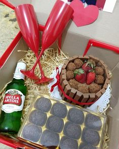Have you ever heard about a box party? An easy, fun and super-authentic method, the box party consists of kits to celebrate something with a few people in Birthday Candy, Birthday Box, Birthday Gifts For Best Friend, Best Friend Gifts, Jar Gifts, Food Gifts, Beer Basket, Cute Birthday Ideas, Cake Frame