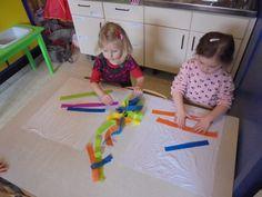 Knuffeldoekje maken! Natte doek + zijdepapier! (LaLaLien) School Themes, Kids Playing, Kindergarten, Kids Rugs, Logos, Children, Baby, Night, Kunst