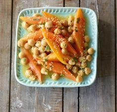 Vegetarisch und leicht - Dieser Möhren-Kichererbsen-Salat schmeckt orientalisch-frisch und die Kichererbsen stecken voller Eiweiß, Ballaststoffe, Calcium, Eisen, Vitamin K und Zink.