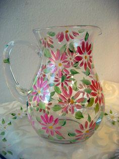 Esta bonita pieza gritos de verano! Margaritas colores rosas y duraznos flotan en la jarra mientras mi mariquita firma descansa sobre una hoja.