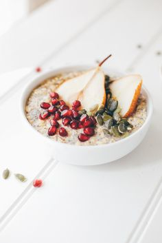 Oatmeal with Maple Roasted Pears + Pomegranate - Vegan, gluten and dairy-free Healthy Breakfast Recipes, Brunch Recipes, Sweet Recipes, Healthy Recipes, Healthy Food, Muesli, Granola, Tostadas, Veggie Bowl