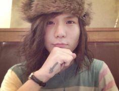 Awww look at his hat! Visual Kei, Most Beautiful, Social Media, Hair Styles, Handsome Guys, Beauty, Instagram, Rock, Metal