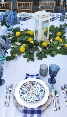 Blue table settings - Fall In Love With Coastal Blue + White Tablescapes All Year Round – Blue table settings Blue Table Settings, Beautiful Table Settings, White Lanterns, Deco Table, Decoration Table, White Decor, Dinner Table, Home Interior, Cheap Home Decor