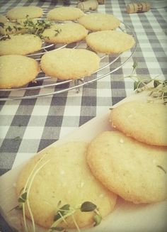 Wicked sweet kitchen: Suolaiset timjami-parmesaanikeksit Finger Foods, Hamburger, Wicked, Bread, Snacks, Baking, Sweet, Kitchen, Candy