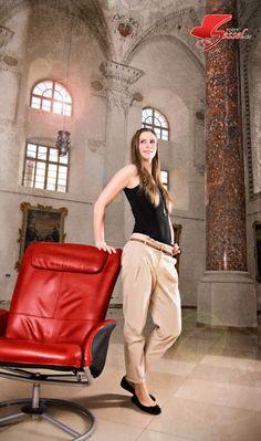 Junge #Frau neben dem #Roten Sessel. Im #Kreuzherrnsaal #Memmingen. Hermes Birkin, Tops, Style, Fashion, Photoshoot, Guys, Woman, Hermes Handbags, Moda