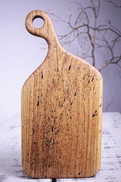 Lungime-49 cm,Latime-23.5 cm,Suprafata lucru-30-20cm,Grosime-2.5 cm,Greutate-1.45kg  Culoare – Nature splatter  Finisaj -  procedeu natural cu ulei din nuci şi ceară de albine  Esenţă lemn- Stejar   Colecție - Golden Rain  Mester- Constantin Toderau Platter Board, Tung Oil, 49er, Woodworking Ideas, Special Gifts, Kitchen Design, Restaurant, Cuisine Design, Restaurants