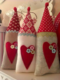 Sew a little love: Higgledy-piggledy Christmas houses Christmas Fabric, Christmas Home, All Things Christmas, Handmade Christmas, Christmas Ornaments, Christmas Decorations, Little Christmas, Xmas Crafts, Decor Crafts