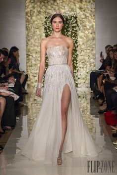 Reem Acra Automne-hiver 2015-2016 - Mariage - http://fr.flip-zone.com/fashion/bridal/the-bride/reem-acra-5468 I'd wear it