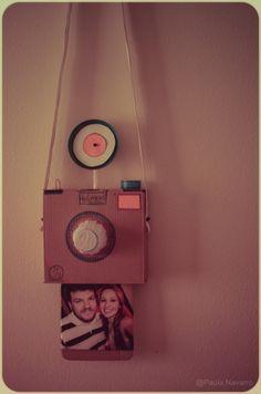 Pra quem gosta de inventar... Uma câmera de retrato instantâneo pro seu filho brincar de ser fotógrafo quando quiser, ou pra servir de porta-retrato. Curtiu? Eu que fiz. Tenta também...