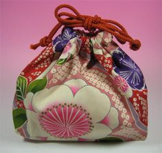 http://www.designbyaika.com/sashiko-discussions/kinchaku-drawstring-bag/Descripción del bolso: Kinchaku