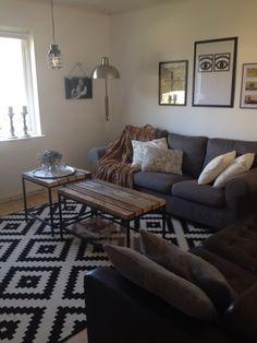 wei es wohnzimmer mit einem gro en ecksofa und einem extravaganten tisch aus baumstamm m bel. Black Bedroom Furniture Sets. Home Design Ideas