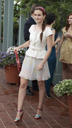 With the pairing of a belted top, jeweled headband and floral chiffon skirt by Alice + Olivia, Gossip Girl's Blair Waldorf looked like a royal . Gossip Girl Blair, Gossip Girls, Gossip Girl Season 6, Moda Gossip Girl, Estilo Gossip Girl, Blair Waldorf Gossip Girl, Gossip Girl Outfits, Gossip Girl Fashion, Girls Season