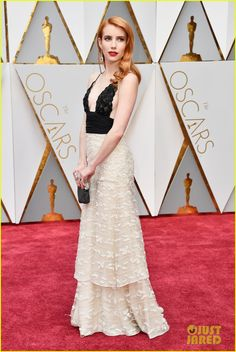 Emma Roberts Walks the Oscars 2017 Red Carpet in Vintage Armani Prive | emma roberts oscar dress 03 - Photo