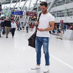 35 Coolest Airport Outfit Style For Guys This Year Fashion Week 2016, Mens Fashion Blog, Best Mens Fashion, Fashion Outfits, Mode Blog, Herren Outfit, Streetwear, White Tees, Shirt Outfit