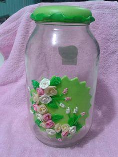 Pote de mantimentos, de 3 Lt, com decoração de biscuit, cor verde, com rosas e lavandas enfeitando a frente do vidro. A tampa é revestida de biscuit na cor verde com detalhe em verde escuro. Pode ser feito nas cores que o cliente preferir (sob encomenda).    Para grandes quantidades trabalhamos com preço diferenciado. Prazo de produção sofrerá alteração dependendo da quantidade solicitada.  Maiores informações e pedidos de grande quantidade pelo e-mail: biscuits.da.deia@hotmail.com R$ 48,00