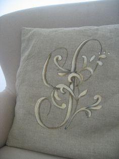 Initiales sur coussin... tête de lit... rideau...
