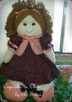 Boneca corpo em algodão cru, enchimento com fibra siliconada vestido em tricoline e casaco em feltro. R$ 50,00