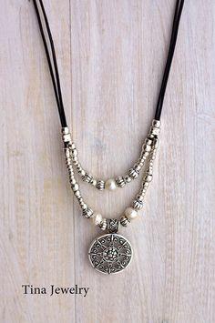 Leder Halskette aus Spanien Diese Kette besteht aus echtem Leder und versilberten Perlen. Alle Silber Teile sind ein Anti-allergisch (Nickel und bleifrei) mit einer silbernen Beschichtung von 8 µm aus Sterling Silber unterzogen. AUF BESTELLUNG GEFERTIGT! Ich mache dies 20 lang sein,