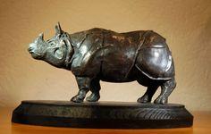 William J. Phaff. Indian Rhino. Indische- of Pantser Neushoorn, had ik gewoon eens zin in dit dier te maken, dus begonnen met het fotograferen en schetsen in diverse dierentuinen.